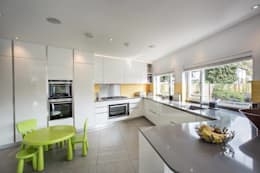 modern Kitchen by XUL Architecture