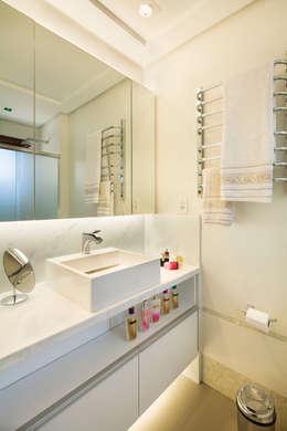 Novo e descolado.: Banheiros modernos por C. Arquitetura