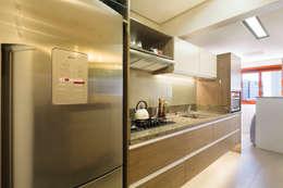 Novo e descolado.: Cozinhas modernas por C. Arquitetura