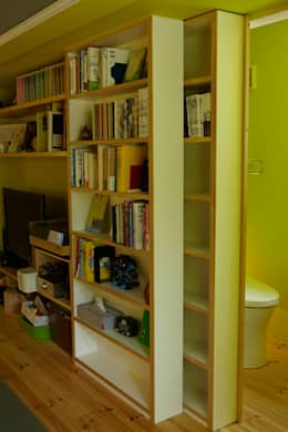 収納の棚をスライドするとトイレに。: nido architects 古松原敦志一級建築士事務所が手掛けたダイニングです。
