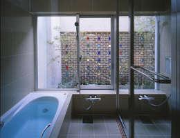 BATHROOM  | 百日紅の家 | RC造高級注文住宅: Mアーキテクツ|高級邸宅 豪邸 注文住宅 別荘建築 LUXURY HOUSES | M-architectsが手掛けた浴室です。