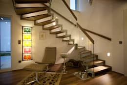 Pasillos y recibidores de estilo  por ELK Fertighaus GmbH