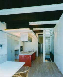 リビングダイニングからキッチンを見る: 原 空間工作所 HARA Urban Space Factoryが手掛けたリビングです。