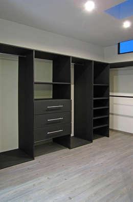 Vista Interior- Vestidor: Vestidores y closets de estilo moderno por Estudio Meraki