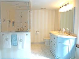 Country Farmhouse: Salle de bains de style  par Kathryn Osborne Design Inc.