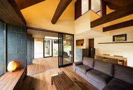 Salas de estar asiáticas por 一級建築士事務所haus