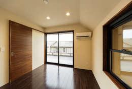 Dormitorios de estilo asiático por 一級建築士事務所haus