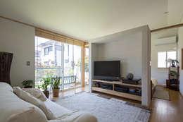 横浜の二世帯住宅 親世帯リビング: 【快適健康環境+Design】森建築設計が手掛けたリビングです。