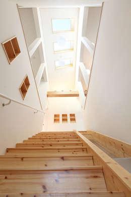 계단과 미끄럼틀: 주택설계전문 디자인그룹 홈스타일토토의  복도 & 현관
