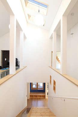 2층에서 바라본 계단실: 주택설계전문 디자인그룹 홈스타일토토의  복도 & 현관