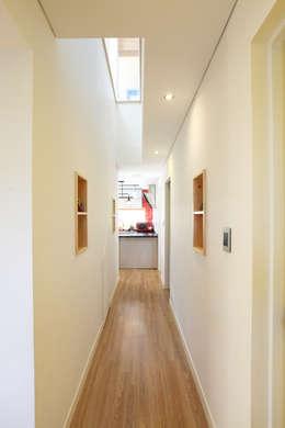2층과 연계된 시선: 주택설계전문 디자인그룹 홈스타일토토의  복도 & 현관