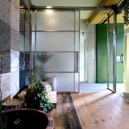 ガラスの引戸: ユミラ建築設計室が手掛けた窓です。