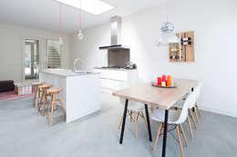 3 drive-in woningen: moderne Keuken door AERDE BORGERT ARCHITECTEN