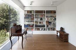 PERFORATED HOUSE INTERIOR: styl , w kategorii Domowe biuro i gabinet zaprojektowany przez KLUJ ARCHITEKCI