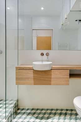 Bagno in stile in stile Moderno di Meero