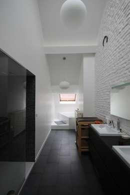 salle de douche: Salle de bains de style  par ici architectes sprl