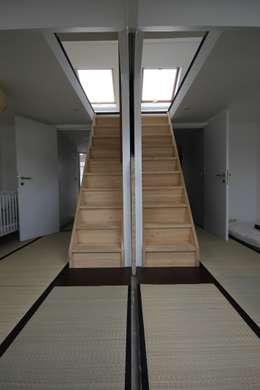 deux chambres communicantes liées aux combles: Chambre de style de style Asiatique par ici architectes sprl
