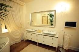 Baños de estilo ecléctico por Mobili Donda