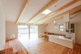 勾配天井のLDK: 奥村幸司建築設計室が手掛けたリビングです。