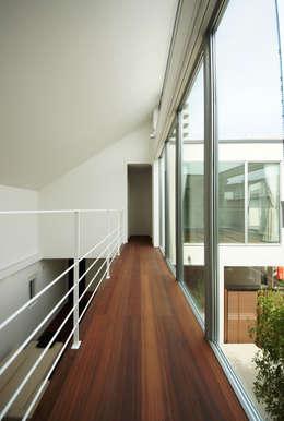 家族の気配を伝える渡り廊下: TERAJIMA ARCHITECTSが手掛けた廊下 & 玄関です。