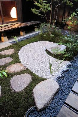 Jardines de estilo asiático por 有限会社 TEAMWORKS