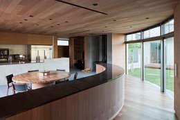 Comedores de estilo moderno por 依田英和建築設計舎
