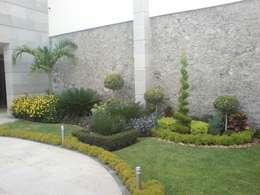 Jardín irregular con palmeras y topiarios: Jardines de estilo mediterraneo por Vivero Sofia