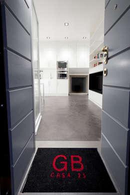 Corridor & hallway by 23bassi studio di architettura