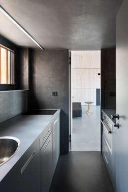 Cocinas de estilo moderno por FAM Architekti