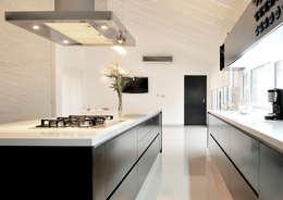 modern Kitchen تنفيذ Estudio Arqt
