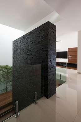 Pasillos, vestíbulos y escaleras de estilo moderno de GLR Arquitectos