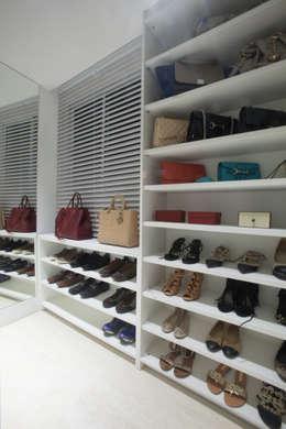 Vestidores y placares de estilo minimalista por Leonardo Maia Arquitetos