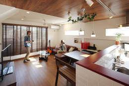 中野の家: 有限会社タクト設計事務所が手掛けたリビングです。