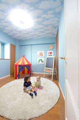 Chambre d'enfant de style de style Classique par 有限会社ミオ・デザイン