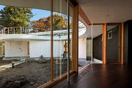 Pasillos y vestíbulos de estilo  por 清正崇建築設計スタジオ