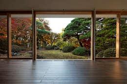 Salas de estilo ecléctico por 清正崇建築設計スタジオ