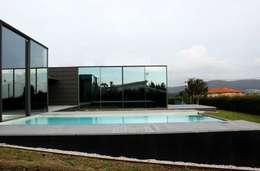 Projekty, nowoczesne Domy zaprojektowane przez Alberto Craveiro, Arquitecto