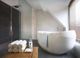 Casas de banho modernas por Pracownie Wnętrz Kodo