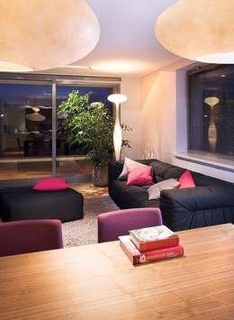 Salas de estar modernas por Pracownie Wnętrz Kodo