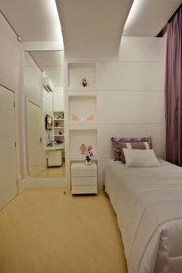 Casa Porto Seguro: Quartos  por Arquiteto Aquiles Nícolas Kílaris