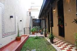 Jardines de estilo ecléctico por Parrado Arquitectura