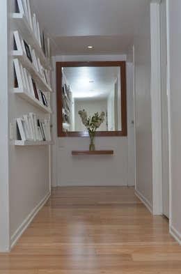 Pasillos, vestíbulos y escaleras de estilo moderno por GUTMAN+LEHRER ARQUITECTAS