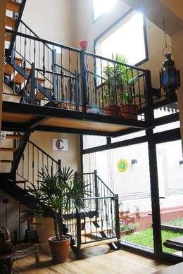hall y escalera: Pasillos y recibidores de estilo  por Parrado Arquitectura
