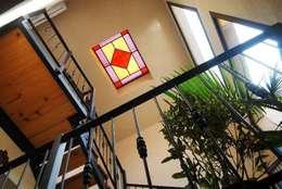 escalera: Pasillos y recibidores de estilo  por Parrado Arquitectura