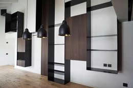 Parete attrezzata ferro e legno: Soggiorno in stile in stile Minimalista di Plus Concept Studio