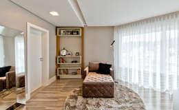 Sala de leitura no quarto do casal: Quartos  por Espaço do Traço arquitetura