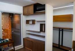 월넛 드레스룸, 선반: 플레전트빌 (Pleasant Ville)의  드레싱 룸