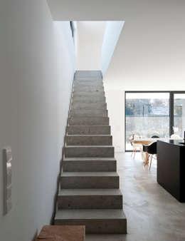 Projekty,  Korytarz, przedpokój zaprojektowane przez gramming rosenmüller architekten