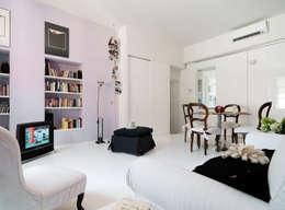 غرفة المعيشة تنفيذ ARCHITETTO MARIANTONIETTA CANEPA