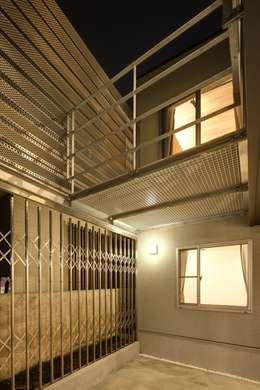 Projekty,  Garaż zaprojektowane przez 株式会社FAR EAST [ファーイースト]